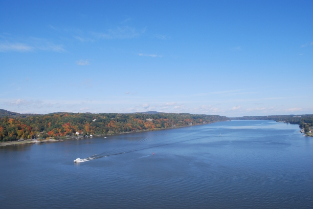 Bird's-eye_view_of_Hudson_River_from_walkway_5